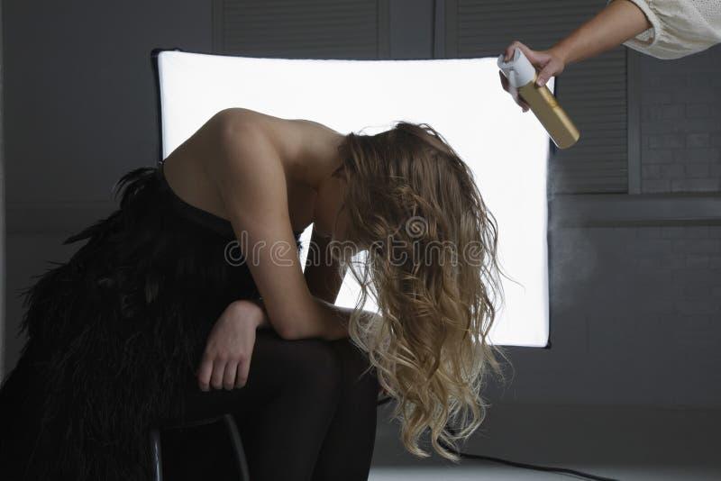 Modemodell Having Hair Sprayed på fotoforsen royaltyfria bilder
