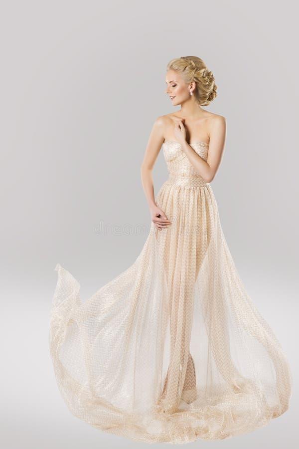 Modemodell i den härliga klänningen, skönhetfrisyr, kvinnakappa fotografering för bildbyråer