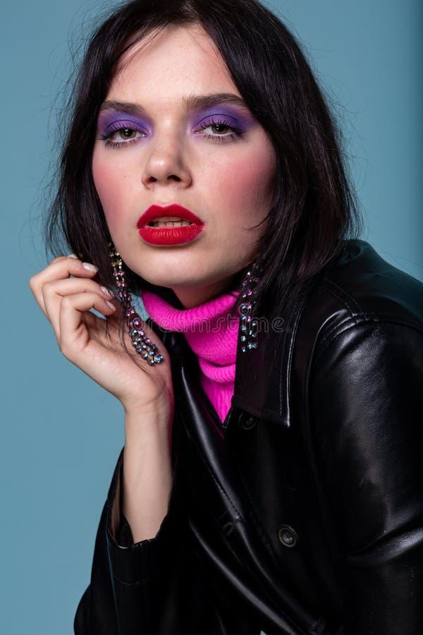 Modemodell i en studio, modell med röda kanter arkivfoto