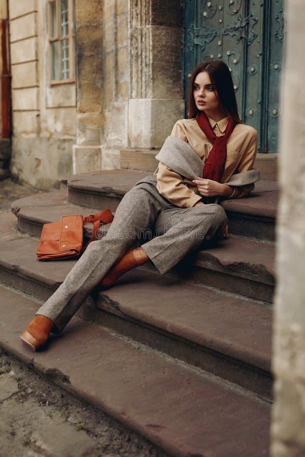 Modemodell i gata Härlig kvinna i trendig kläder fotografering för bildbyråer