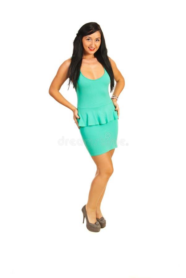 Modemodell i grön klänning fotografering för bildbyråer