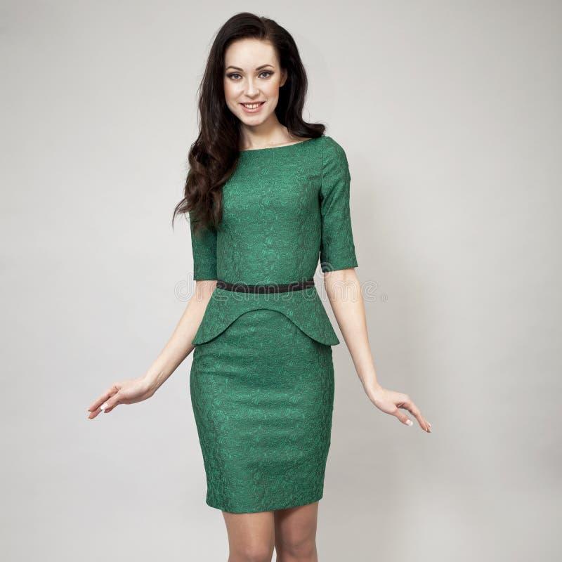 Download Modemodell i grön klänning fotografering för bildbyråer. Bild av inomhus - 37346721
