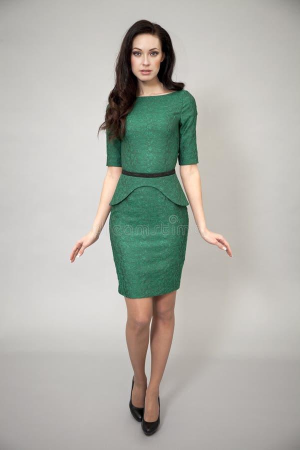 Download Modemodell i grön klänning fotografering för bildbyråer. Bild av hår - 37346731