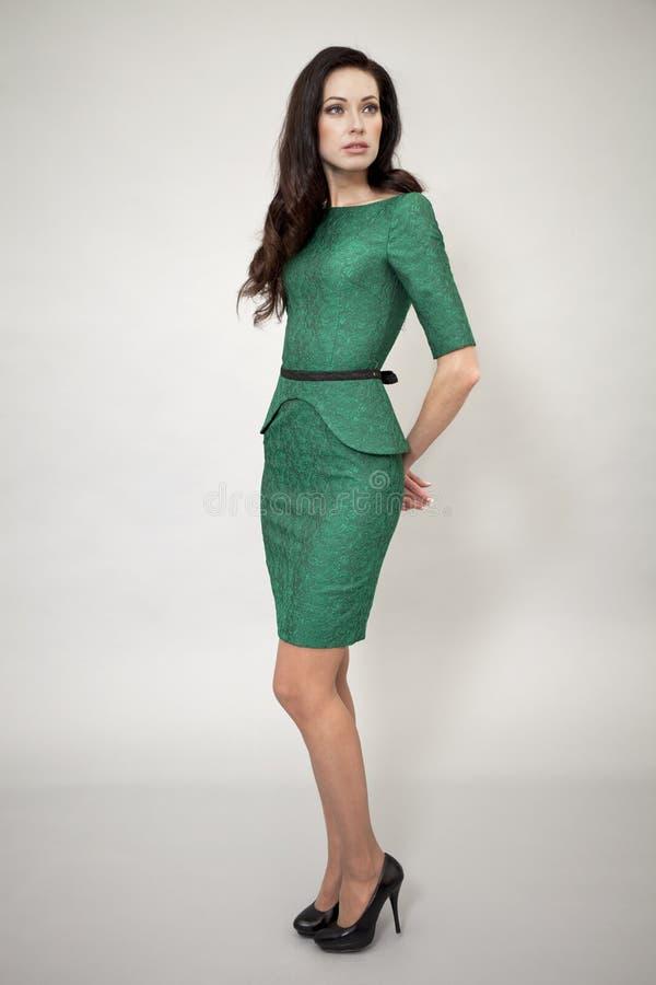 Download Modemodell i grön klänning fotografering för bildbyråer. Bild av full - 37348337