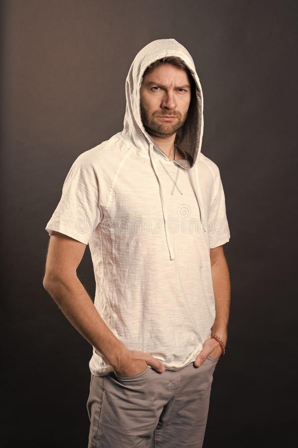Modemodell i hoodietshirt Man med sk?ggkl?derhuven Sk?ggig man i tillf?llig tr?ja Aktiv livsstil och h?lsa royaltyfri fotografi