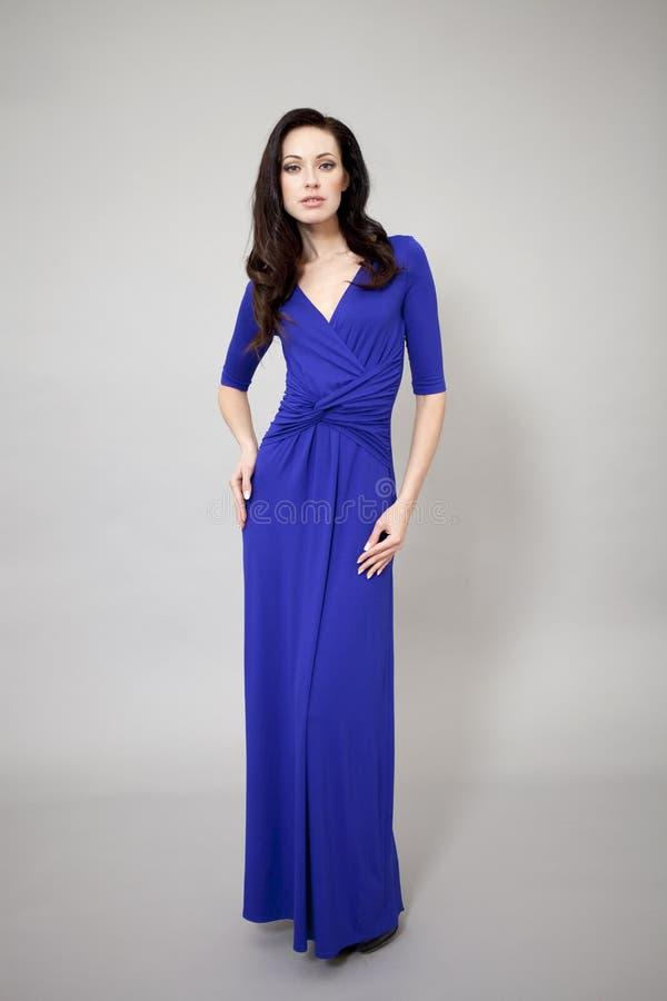 Download Modemodell I Lång Blåttklänning Fotografering för Bildbyråer - Bild av glamour, modell: 37345333