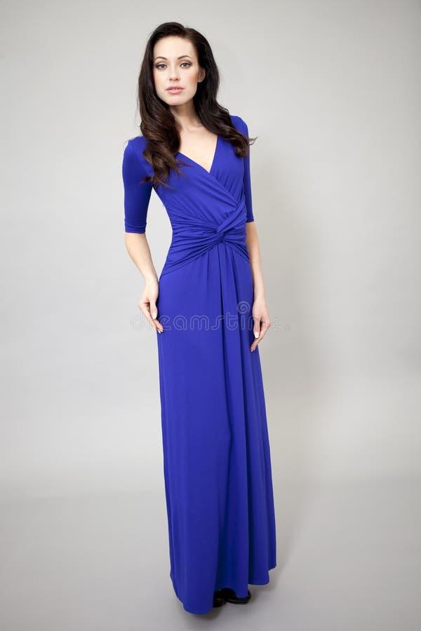 Download Modemodell I Lång Blåttklänning Fotografering för Bildbyråer - Bild av inomhus, modell: 37346589