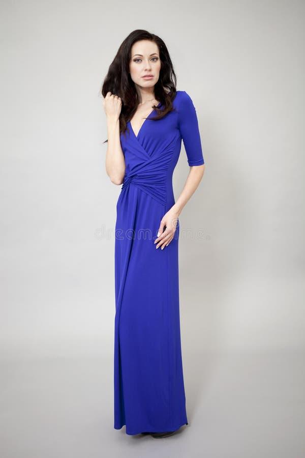 Download Modemodell I Lång Blåttklänning Arkivfoto - Bild av long, kvinnlig: 37348466