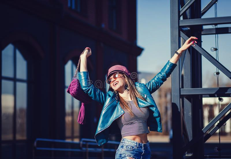 Modemodell i solglasögon, läderomslag arkivbilder