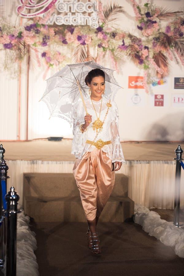 Modemodell i thailändsk traditionell dräktbröllopsklänning arkivbild