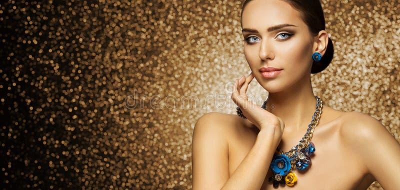 Modemodell Makeup Portrait, elegant kvinna i halsbandsmycken royaltyfria foton