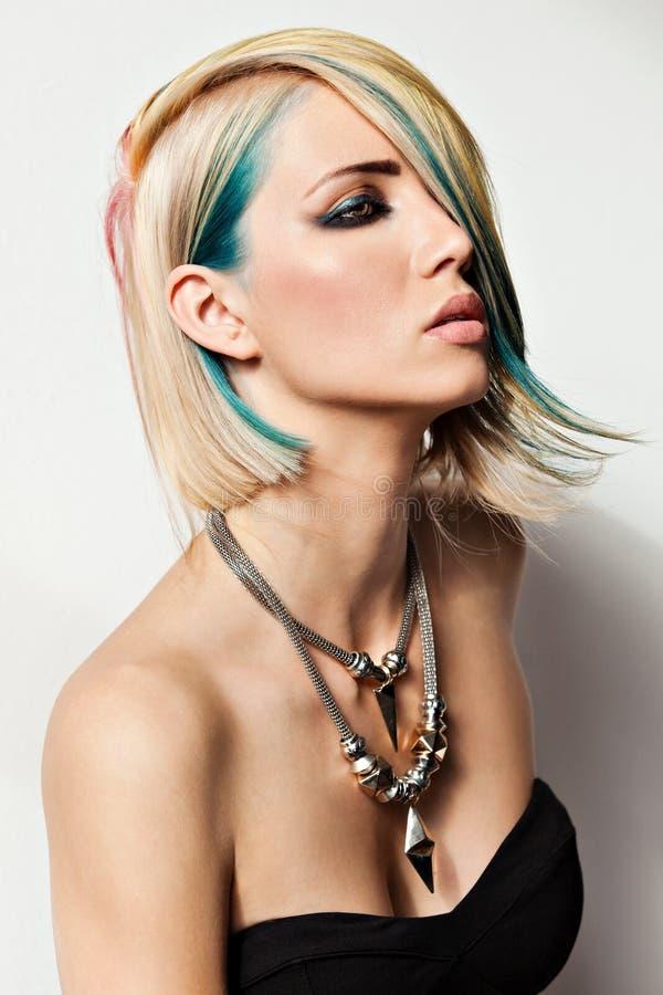 Modemodell med färgat hår arkivfoton