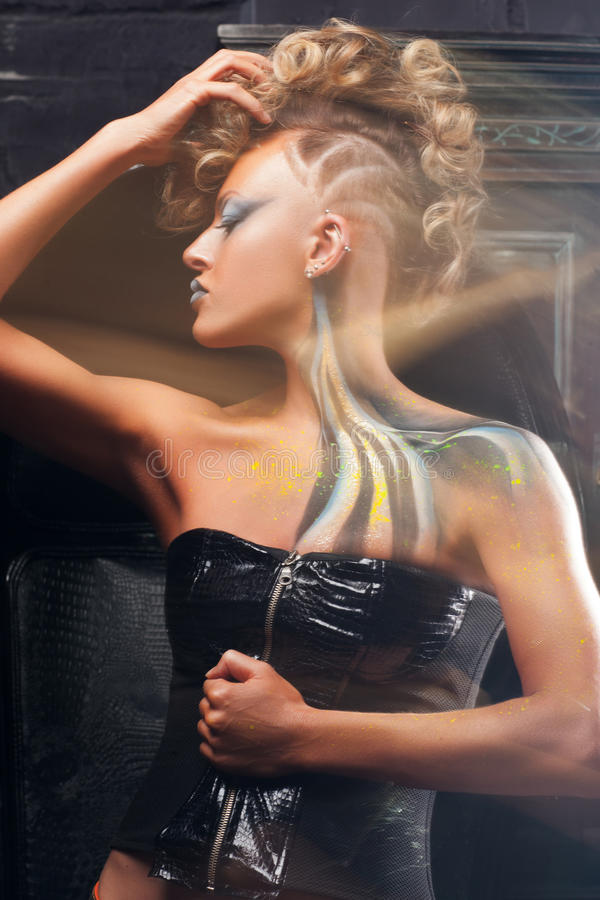 Modemodell med kroppkonst som poserar på studion royaltyfri bild