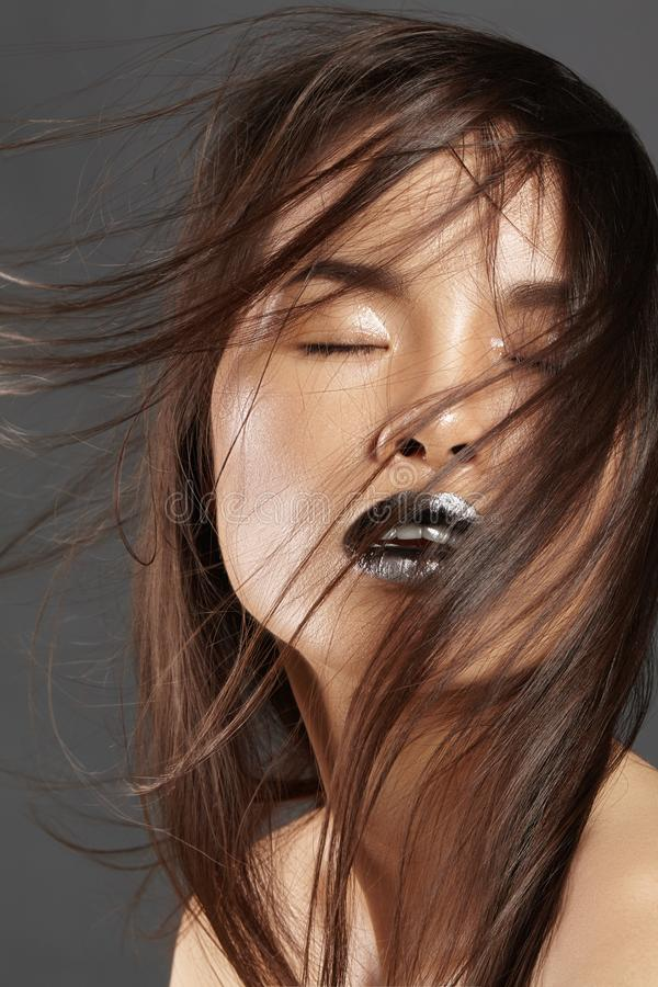 Modemodell med långt blåsa hår Asiatisk härlig kvinna för glamour med härligt brunt hår Modestil, rengöringhud arkivfoton