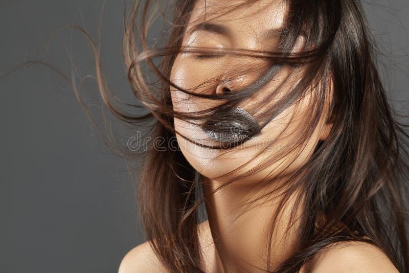 Modemodell med långt blåsa hår Asiatisk härlig kvinna för glamour med härligt brunt hår Modestil, rengöringhud royaltyfria bilder
