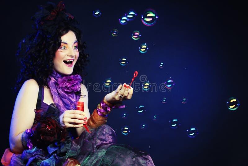 Modemodell med slående såpbubblor för idérikt smink arkivbild