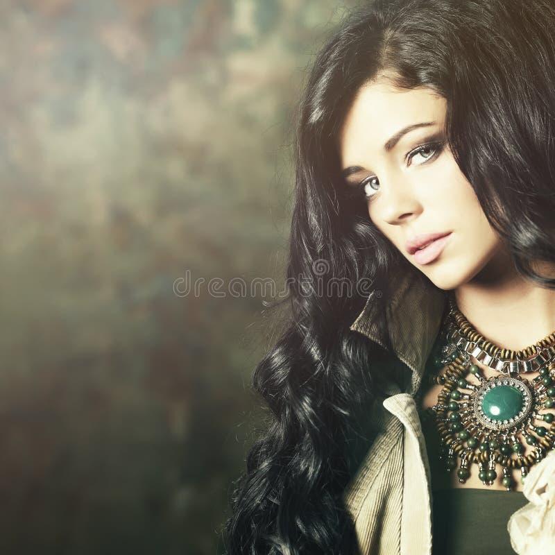 Modemodell med yrkesmässig makeup och långt hår arkivfoton