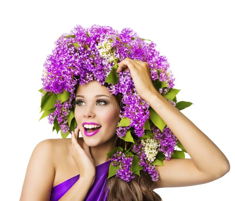 Modemodell och lila blommor, härlig kvinnahatt, vit fotografering för bildbyråer