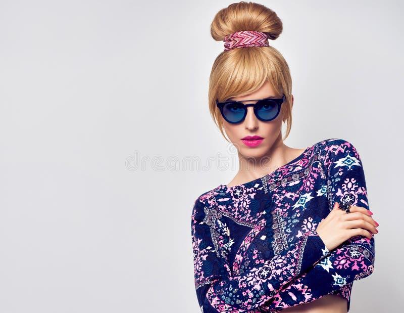 Modemodell Sexy Blond Girl, glamoursolglasögon royaltyfria bilder
