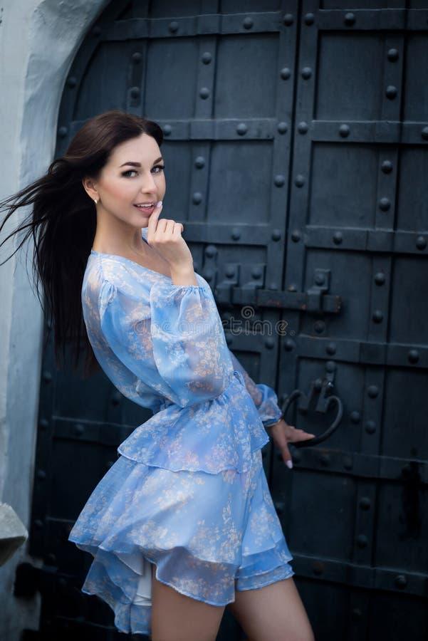 Modemodell som är främst av forntida dörr utomhus- royaltyfria foton