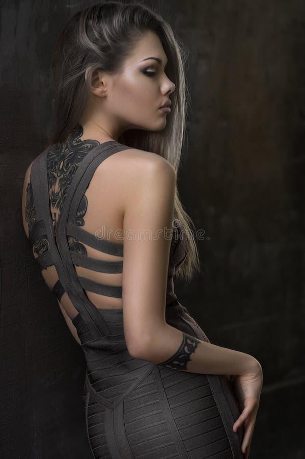 Modemodell som poserar i härlig klänning royaltyfri bild