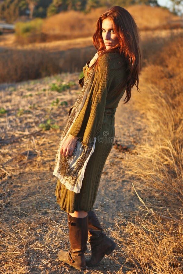 modemodell som poserar utomhus solnedgång royaltyfri bild