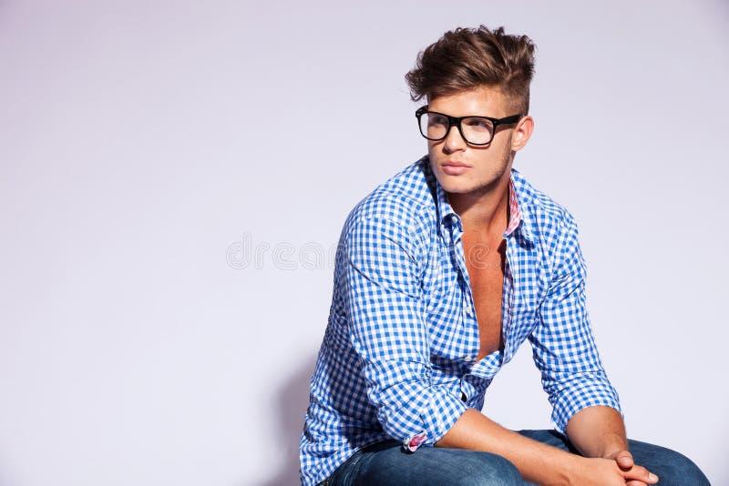 Modemodell som sitter och ser till en sida arkivbilder