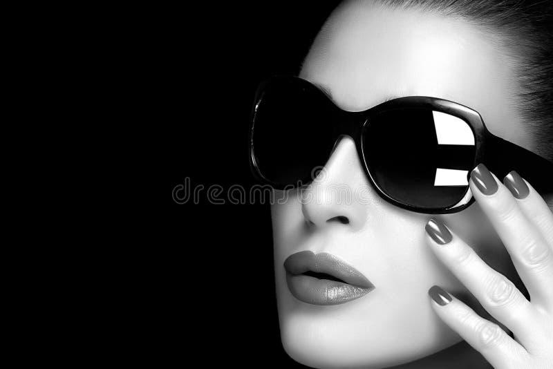 Modemodell Woman i svart överdimensionerad solglasögon Monokrom Po royaltyfria bilder
