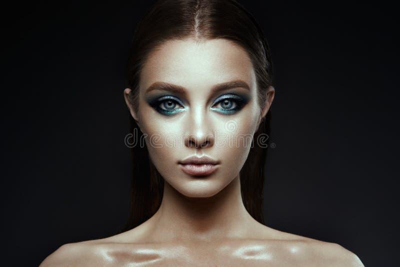 Modemodell Woman med fantasismink Länge blåsa brunt hår fotografering för bildbyråer