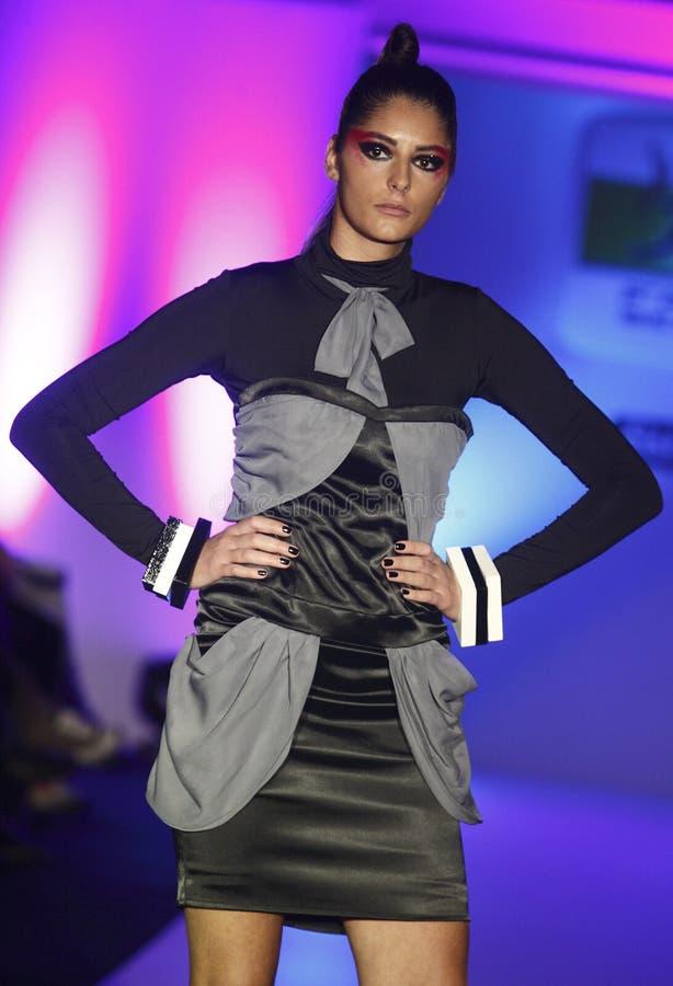 Modemodellen bär klänningen från den Marina Milovanovic samlingen arkivfoto