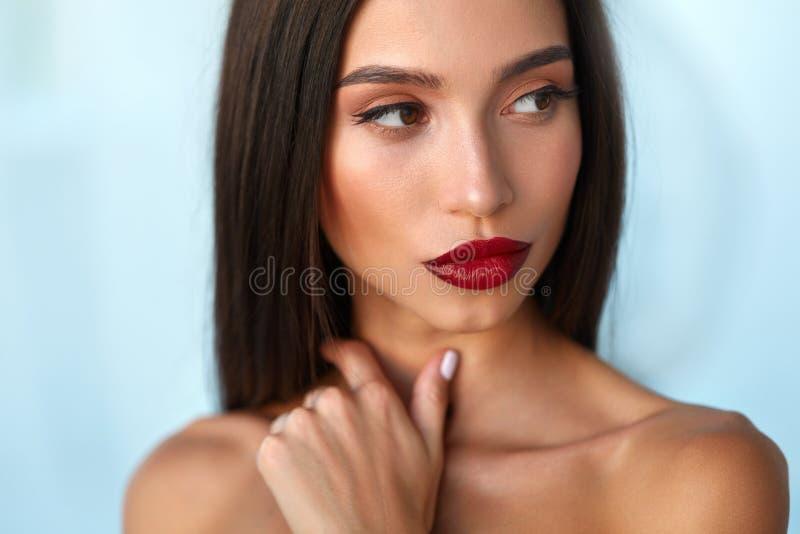 Modemodellen Girl With Beauty vänder mot, härlig makeup, röda kanter royaltyfri fotografi