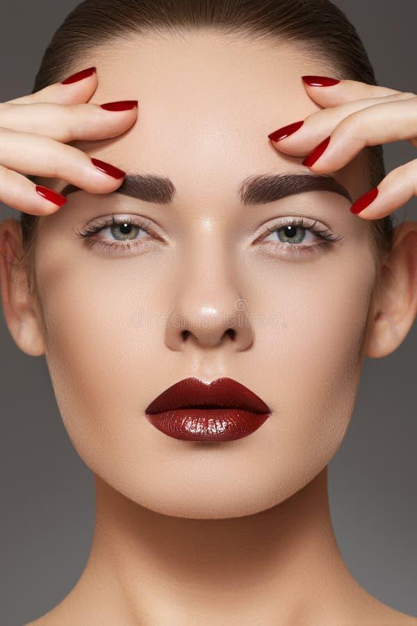 Modemodellen med kantsminket, manicure spikar på fotografering för bildbyråer