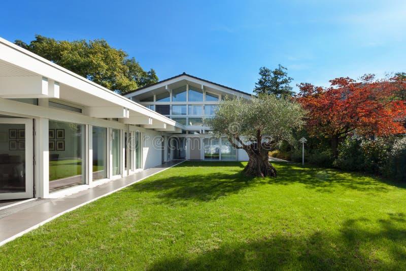moden房子的美丽的庭院 免版税库存照片