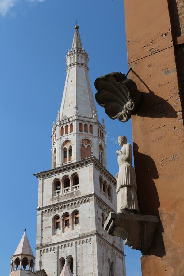 Modena, estátua de Bonissima e Ghirlandina foto de stock