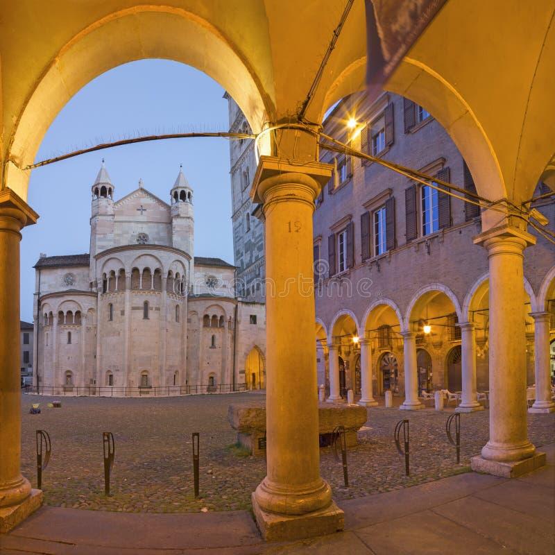 Modena - i porticoes sul quadrato di Piazza Grande al crepuscolo con la cupola immagini stock