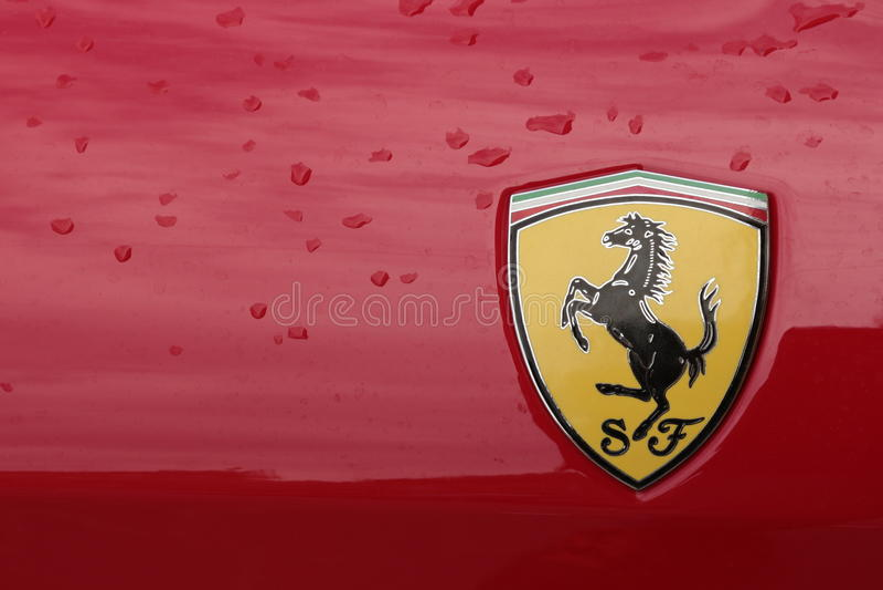 MODENA, ITÁLIA, em maio de 2017 - exposição clássica da coleção do carro, selo de Ferrari imagem de stock royalty free