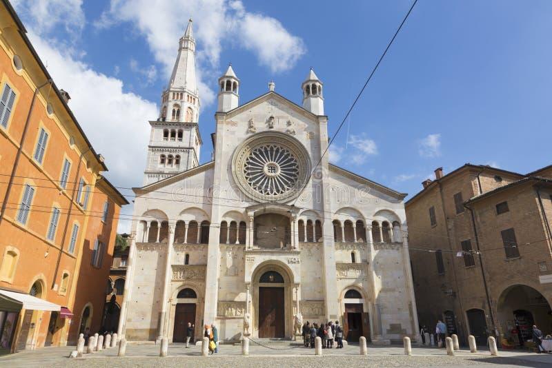 MODENA ITALIEN - APRIL 14, 2018: Den västra fasaden av DuomoCattedrale Metropolitana di Santa Maria Assunta e San Geminiano royaltyfri foto