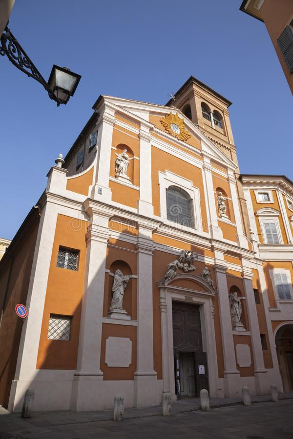 MODENA ITALIEN - APRIL 14, 2018: Fasaden av den barocka kyrkan Chiesa di San Barnaba arkivbilder