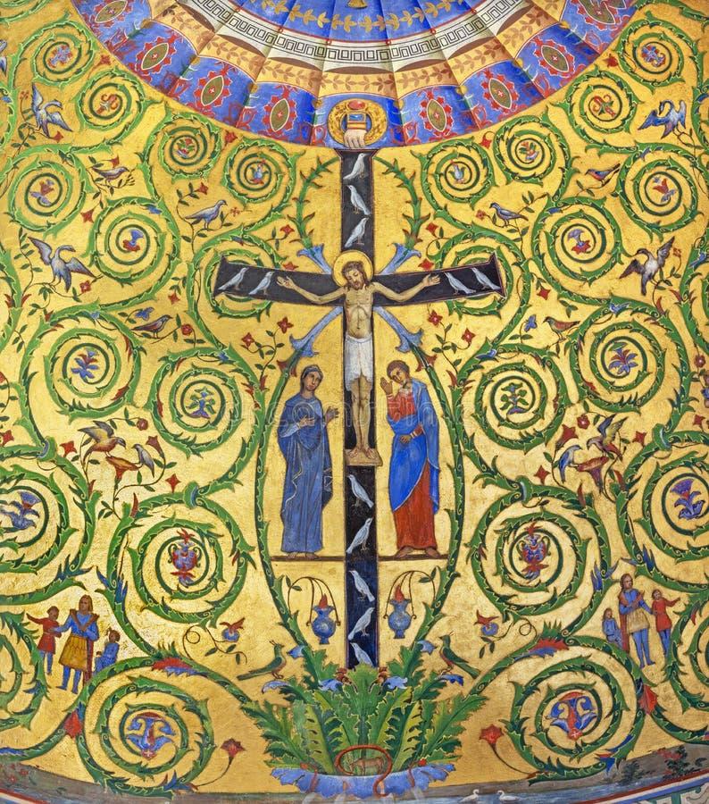 MODENA ITALIEN - APRIL 14, 2018: Freskom?lningen av Jesus p? korset med St John och Mary i sidoabsid av duomoen arkivfoton