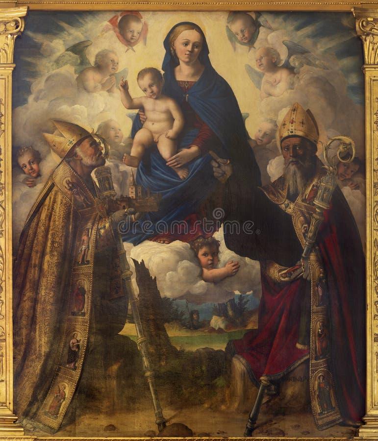 MODENA ITALIEN - APRIL 14, 2018: Målningen av madonnan med sten Matin och St Geminianus i kyrkliga Abazzia di San Pietro royaltyfria foton