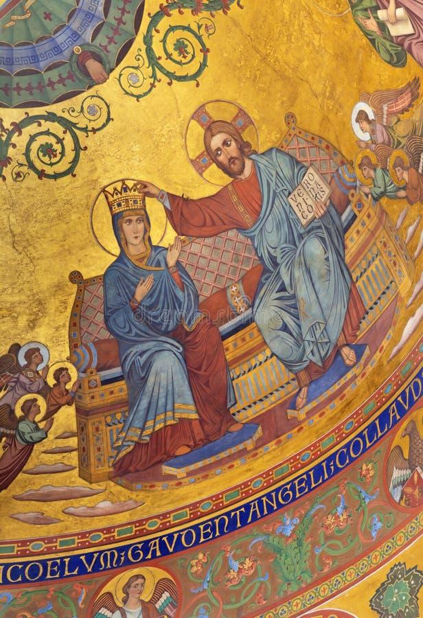 MODENA ITALIEN, 2018: Kröningen av den oskuldMary freskomålningen i byzantine stil i huvudsaklig absid av duomoen vid Forti och M arkivbilder