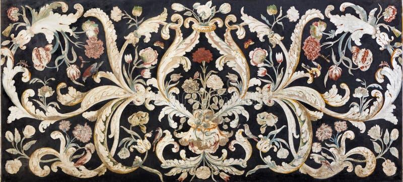 MODENA WŁOCHY, KWIECIEŃ, - 14, 2018: Kamienna kwiecista mozaika Pietra Dura na bocznym ołtarzu w kościelnym Chiesa Di San Bartolo obrazy royalty free