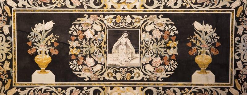 MODENA WŁOCHY, KWIECIEŃ, - 14, 2018: Kamienna kwiecista mozaika Pietra Dura z maryja dziewica w kościelnym Abbazia Di San Pietro zdjęcia royalty free