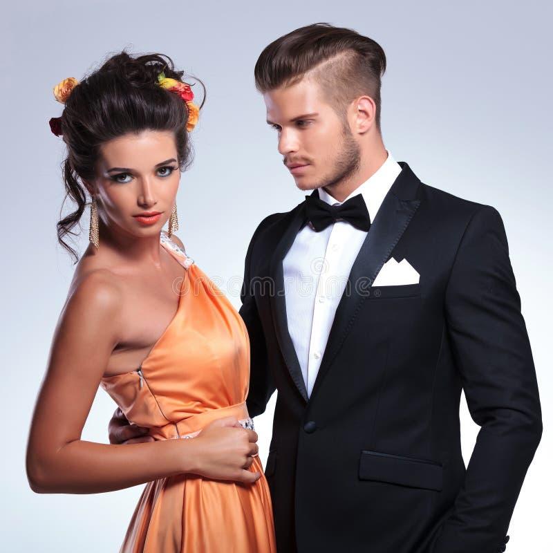 Modepar med honom som rymmer henne fotografering för bildbyråer