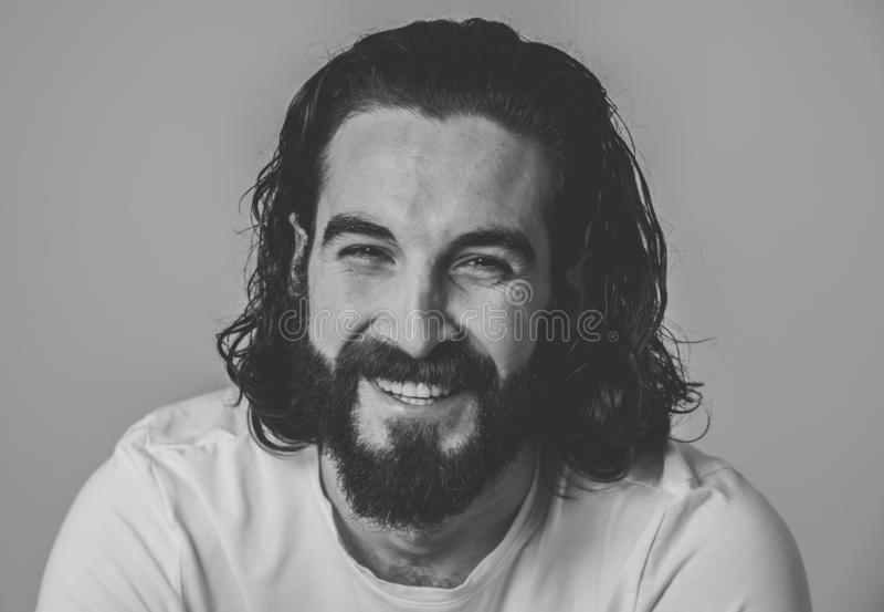 Modeporträt der attraktiven jungen männlichen Hippie-Mannmodellaufstellung glücklich und sexy für die Kamera stockfoto