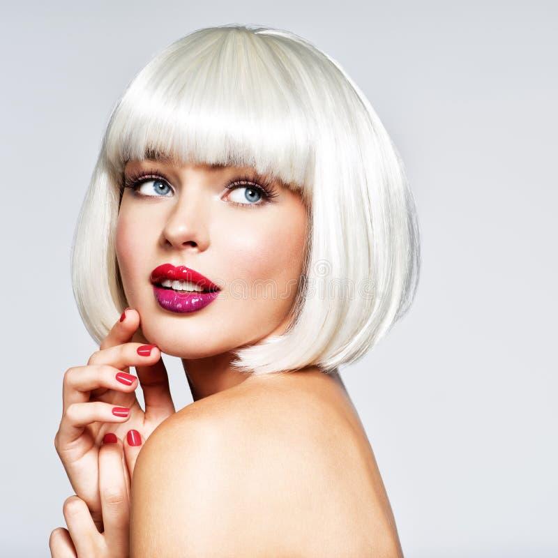 Modeporträt der Frau mit Pendelfrisur lizenzfreies stockbild