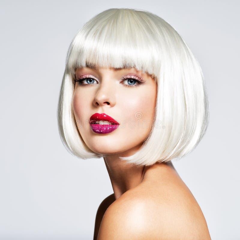 Modeporträt der Frau mit Pendelfrisur lizenzfreies stockfoto