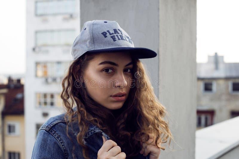 Modeporträt der guten angeredeten Jugendlichen stockbild