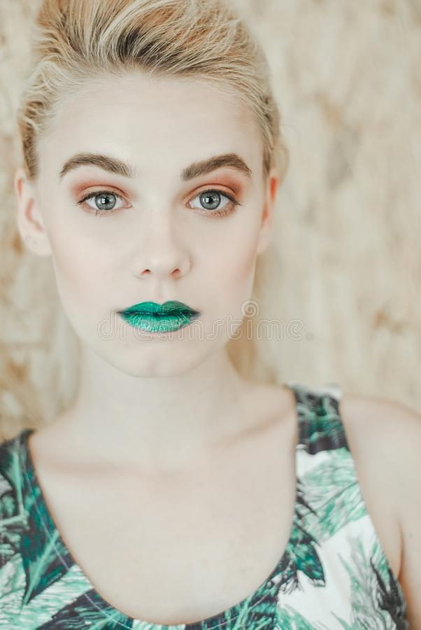 Modeporträt der jungen blonden Frau Schönes Mädchen mit den grünen Lippen lizenzfreies stockbild
