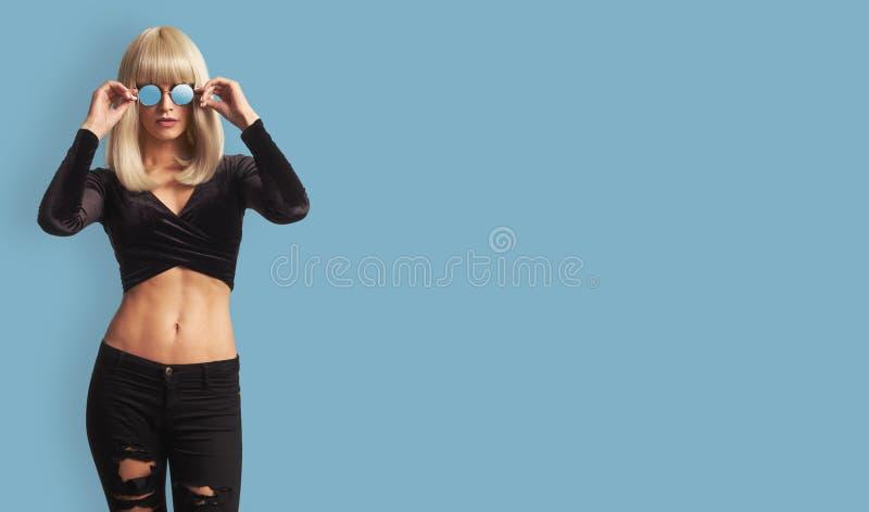 Modeporträt der jungen modischen Frau stockfotografie
